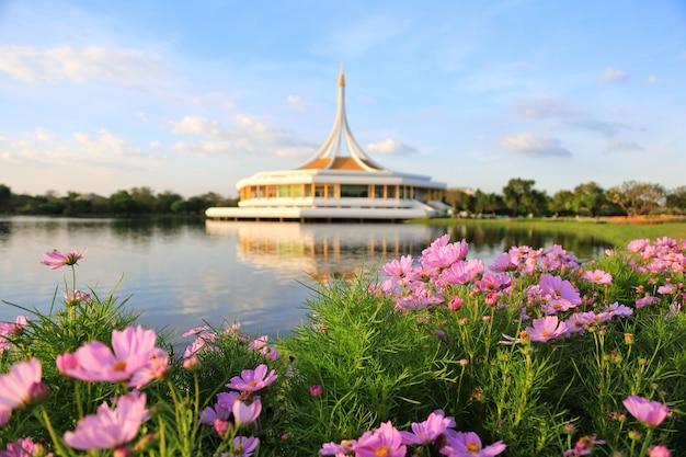 Suan luang rama ix, парк для людей в бангкоке, чтобы расслабиться и заниматься спортом Premium Фотографии