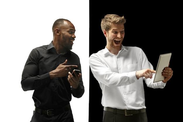 Gli uomini afro e caucasici felici di successo Foto Gratuite