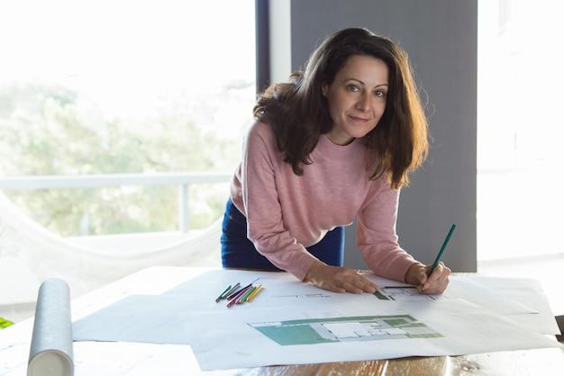 Successful architectural designer working at her studio Free Photo