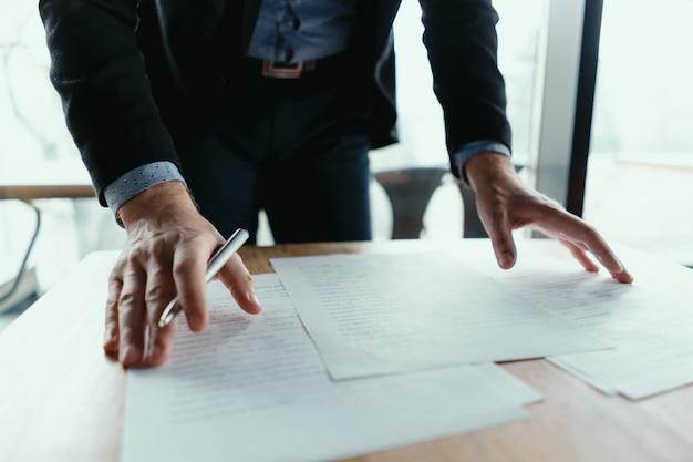 Успешный деловой человек, подписание документов в современном офисе Бесплатные Фотографии