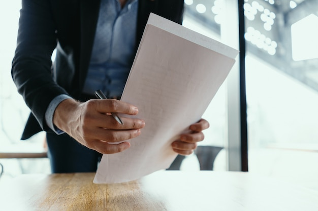 Documenti di firma del riuscito uomo di affari in un ufficio moderno Foto Gratuite