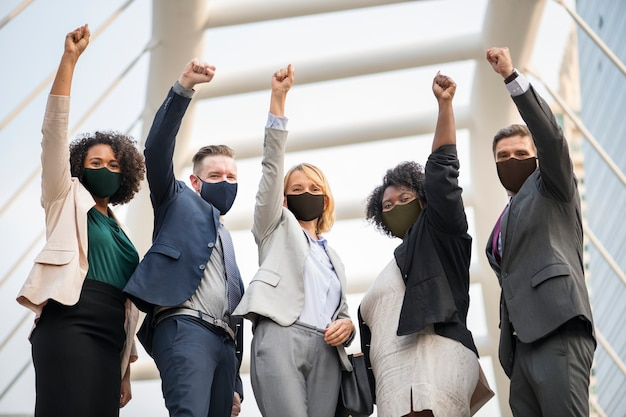 Covid 19 판 데민 기간 동안 마스크에 성공적인 사업 사람들 무료 사진