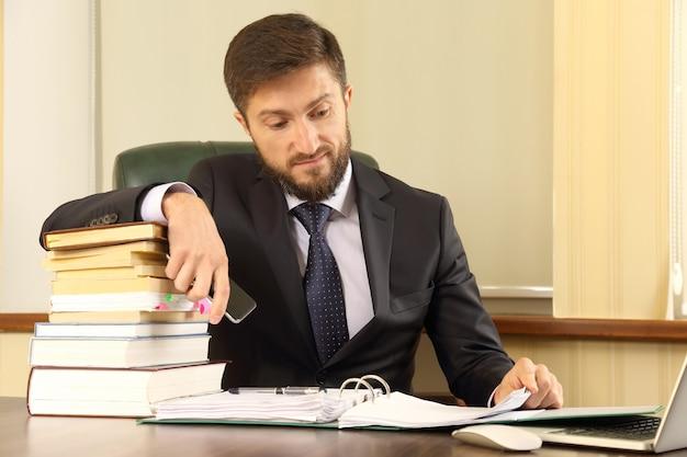 Успешные деловые люди работают с книгами и документами Premium Фотографии