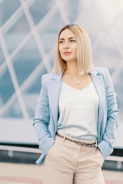 Успешная деловая женщина в голубом костюме Бесплатные Фотографии