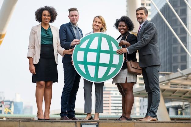 Uomini d'affari di successo e connessi Foto Gratuite