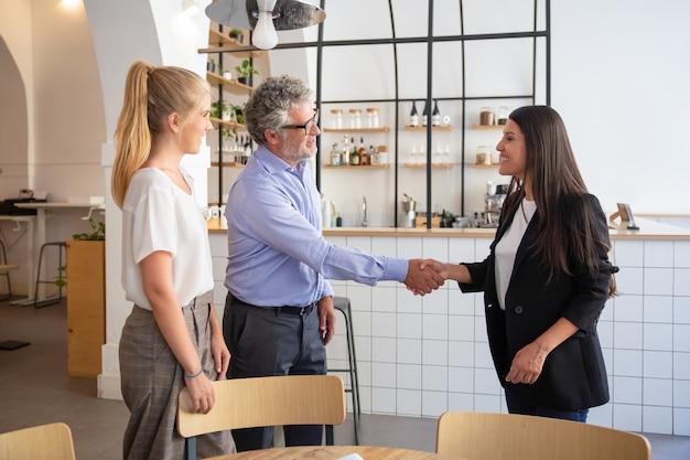 Riunione rappresentante di affari femminile di successo con i clienti e la stretta di mano Foto Gratuite