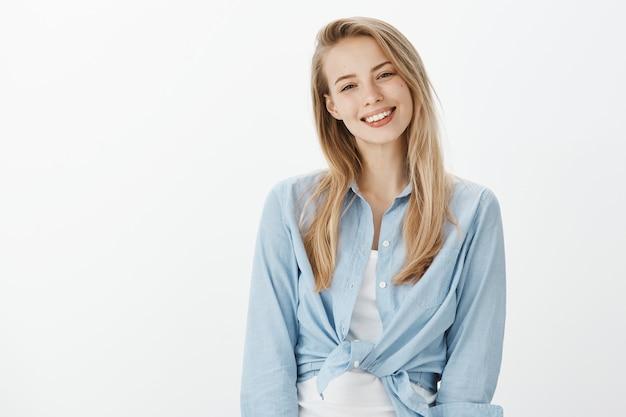 Успешная женщина-предприниматель в синей рубашке с воротником Бесплатные Фотографии