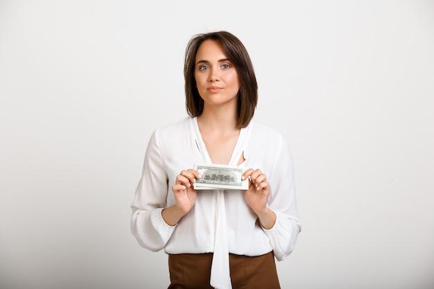 Успешная богатая модная женщина показывает деньги Бесплатные Фотографии