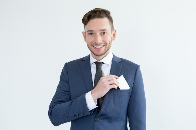 Riuscito giovane uomo d'affari con carta in bianco Foto Gratuite