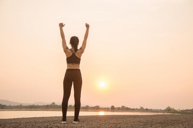 ウォーミングアップ成功した若い女性ランナー 無料写真