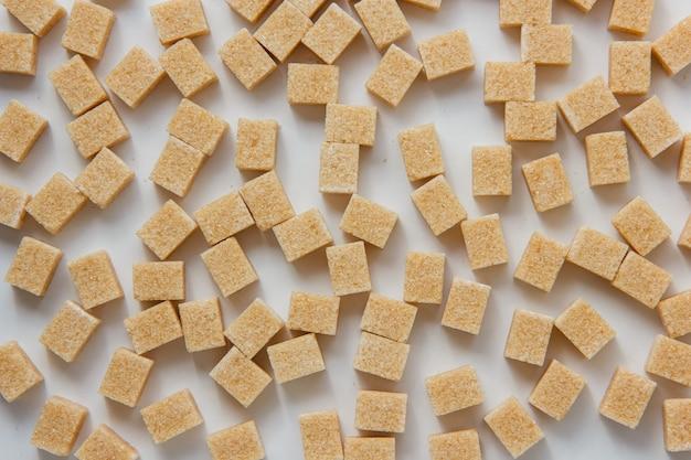 Zucchero cubi vista dall'alto su uno sfondo bianco Foto Gratuite