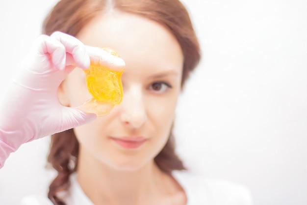 Косметическая процедура сахарной депиляции Premium Фотографии