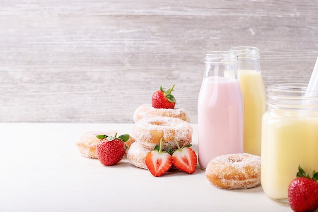 Sugar donuts served with milkshakes Premium Photo