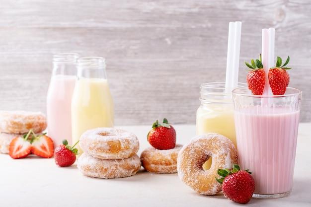 Sugar donuts served with milkshakes Premium Photo