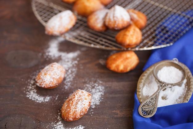 Sugar powdered madeleines Premium Photo