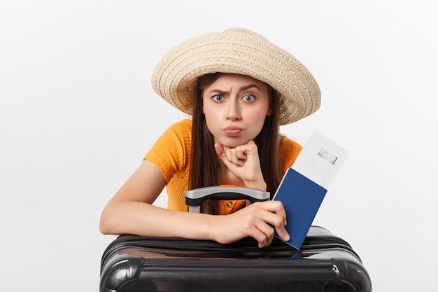 Образ жизни и путешествия концепция: молодая красивая женщина кавказской сидит на suitecase и ждет своего рейса. изолированные над белым Premium Фотографии