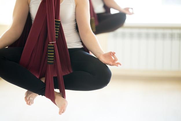 Сухасана йога позирует в гамаках Бесплатные Фотографии