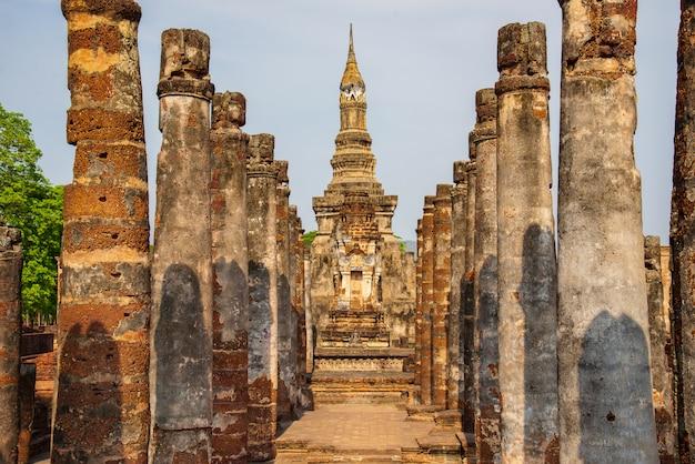 Sukhothai wat mahathat buddha statues at wat mahathat ancient capital of sukhothai, thailand. sukhothai historical park is the unesco world heritage. Premium Photo