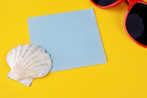 Summer beach accessories with empty paper card Premium Photo