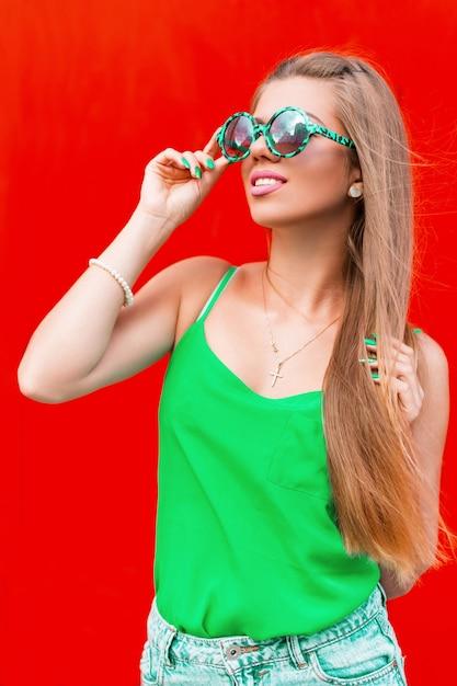 Летний яркий портрет молодой красивой веселой женщины Premium Фотографии