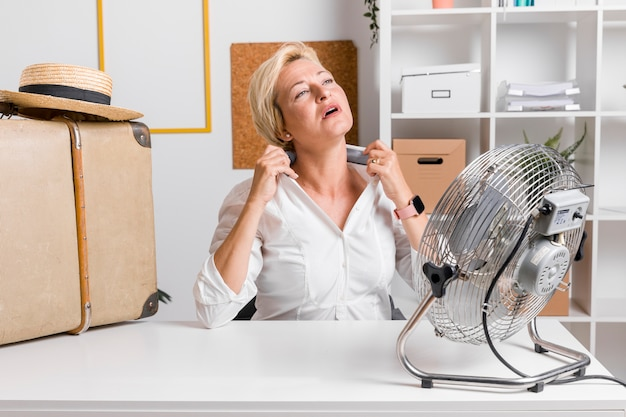 Summer concept of businesswoman at desk Premium Photo