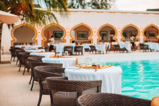 Летний пустой ресторан под открытым небом в экзотическом отеле Premium Фотографии