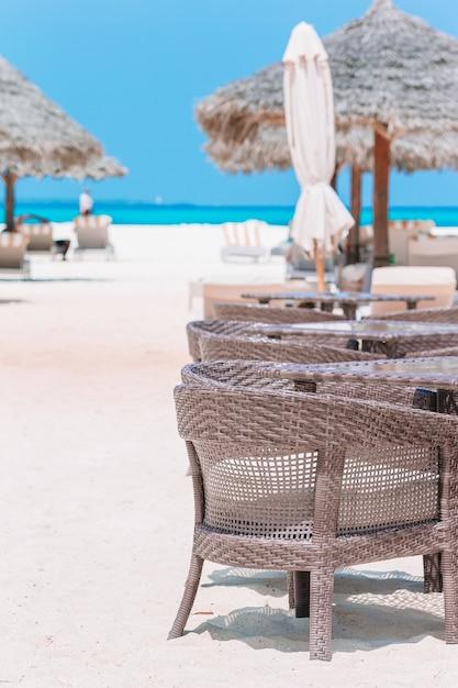 Летний пустой роскошный ресторан под открытым небом в экзотическом отеле Premium Фотографии