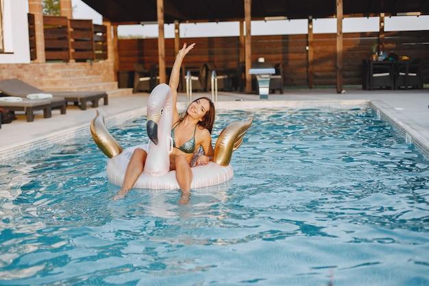 夏のファッション。プールの近くの水着の女性。休暇中の女性。 無料写真