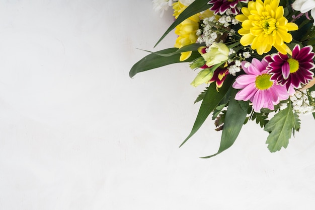Summer flowers bunch placed on grey desk Free Photo