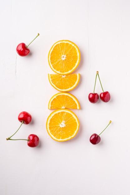 白、トップビューで行のオレンジと夏のフルーツチェリー Premium写真