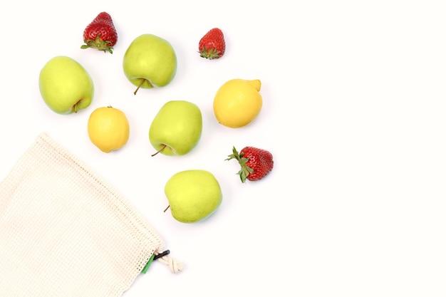 Летние фрукты в многоразовом мешочке из экологически чистой хлопковой сетки. Premium Фотографии