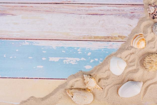 Летние вещи, аксессуар в праздничный сезон на цветной стене. Бесплатные Фотографии
