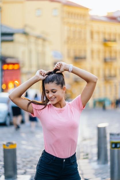 거리에 걷는 젊은 유행 Hipster 여자의 여름 라이프 스타일 패션 초상화 무료 사진