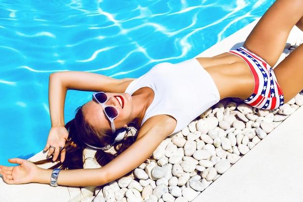 内気な少女の夏のライフスタイルの肖像画 無料写真
