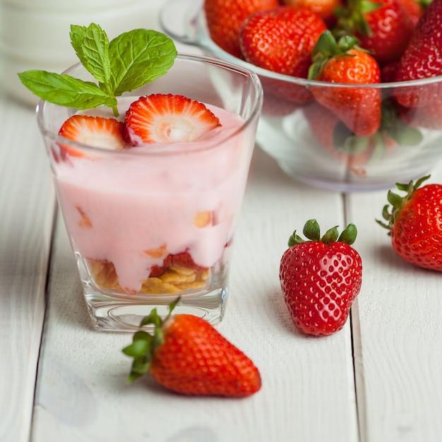 Летний легкий завтрак из свежих фруктов Бесплатные Фотографии