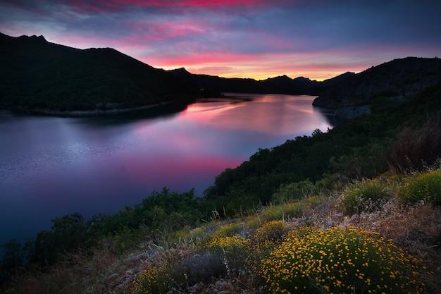 Летние горы пейзаж с озером на закате Premium Фотографии