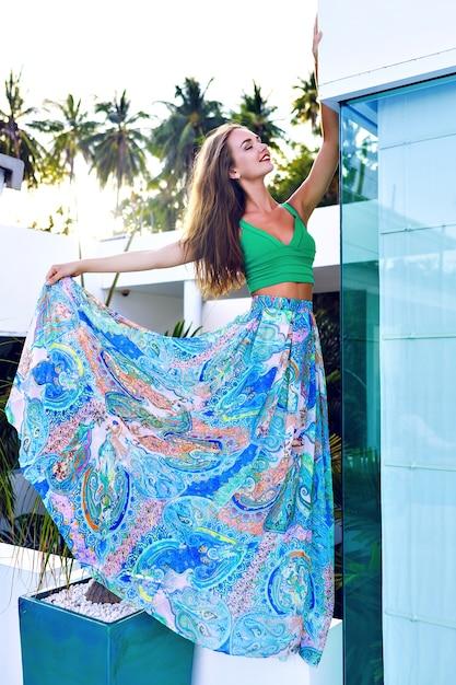Ritratto di moda all'aperto di estate di splendida donna bruna con i capelli lunghi e trucco luminoso Foto Gratuite