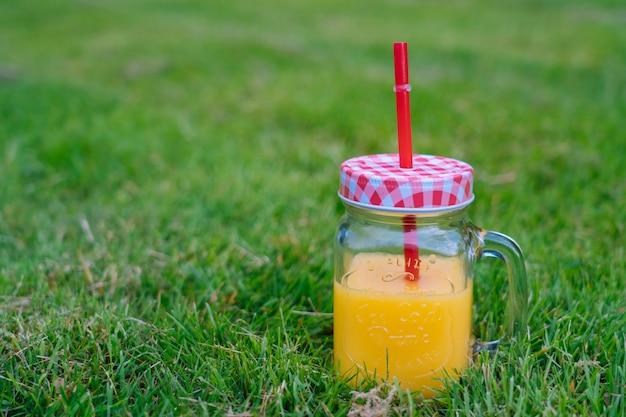 スイカ、フルーツ、ブーケアジサイ、ヒマワリの花と晴れた日の夏のピクニックコンセプト。 Premium写真