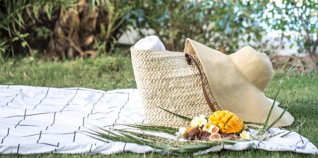 トロピカルフルーツのプレートで夏のピクニック。 無料写真