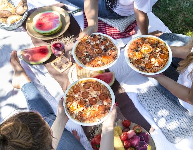 食べ物や飲み物と自然の中で友達と夏のピクニック。 無料写真