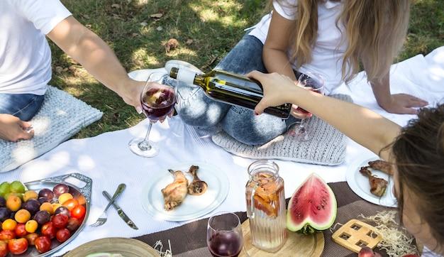 Летний пикник с друзьями на природе с едой и напитками. Бесплатные Фотографии