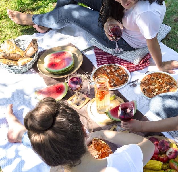 Picnic estivo con gli amici nella natura con cibo e bevande. Foto Gratuite