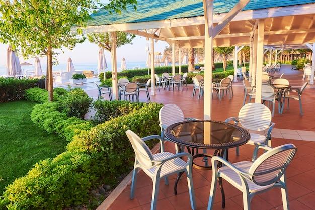 Летний ресторан на берегу средиземного моря на красивом закате. текирова-кемер. турция Бесплатные Фотографии