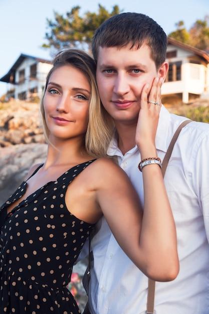 海の近くで抱擁かわいいカップルの夏のロマンチックな肖像画 無料写真