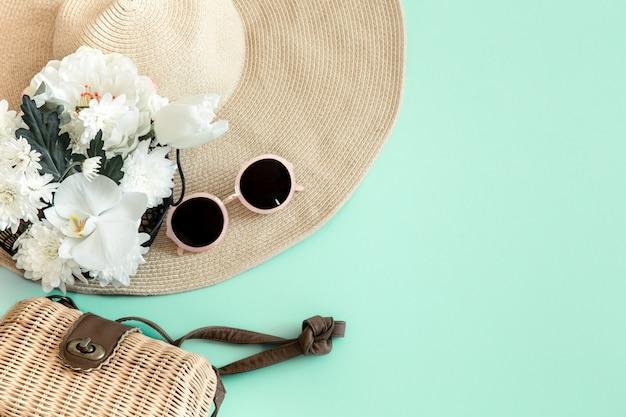 Летняя стильная композиция с летними разными аксессуарами Бесплатные Фотографии