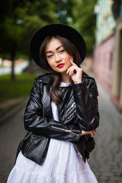 かわいいトレンディな服を着て通りを歩いている若いアジア女性の夏の日当たりの良いライフスタイルファッションの肖像画 無料写真