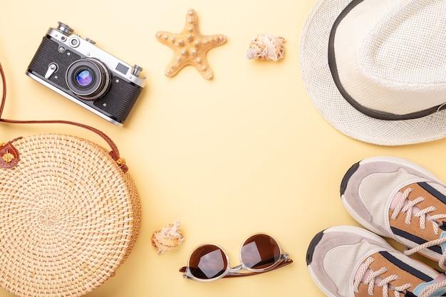 Фон летних каникул. кроссовки, сумка из ротанга, солнцезащитные очки, шляпа и ретро-камера Premium Фотографии
