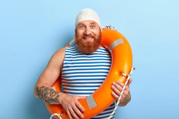 여름 휴가 개념. 생강 수염을 가진 쾌활 한 남자 무료 사진