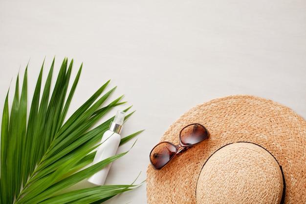 Summer vacation flat lay. beach accessories Premium Photo