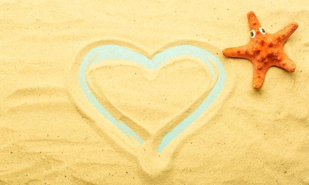 夏、海の背景にあるビーチでの休暇。日当たりの良い夏の天候でビーチの砂の上の海と海のシェル。海、海、リラクゼーションの裏庭。 Premium写真